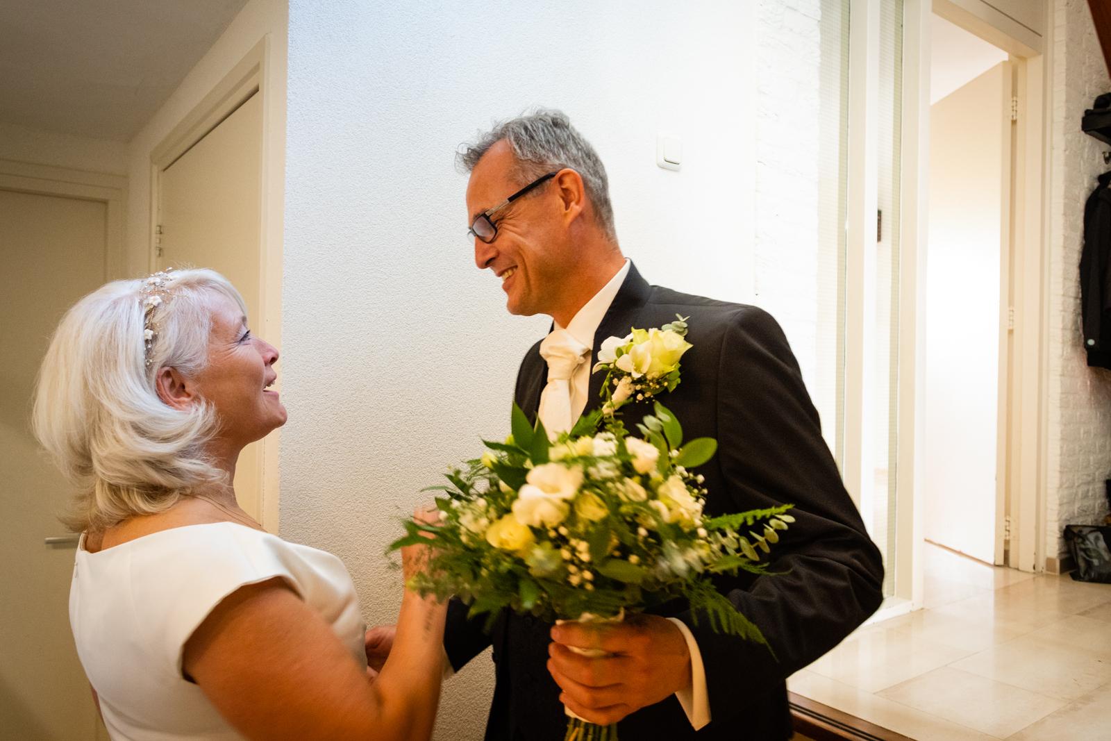 Een macro-opname van de ringen van het bruidspaar.
