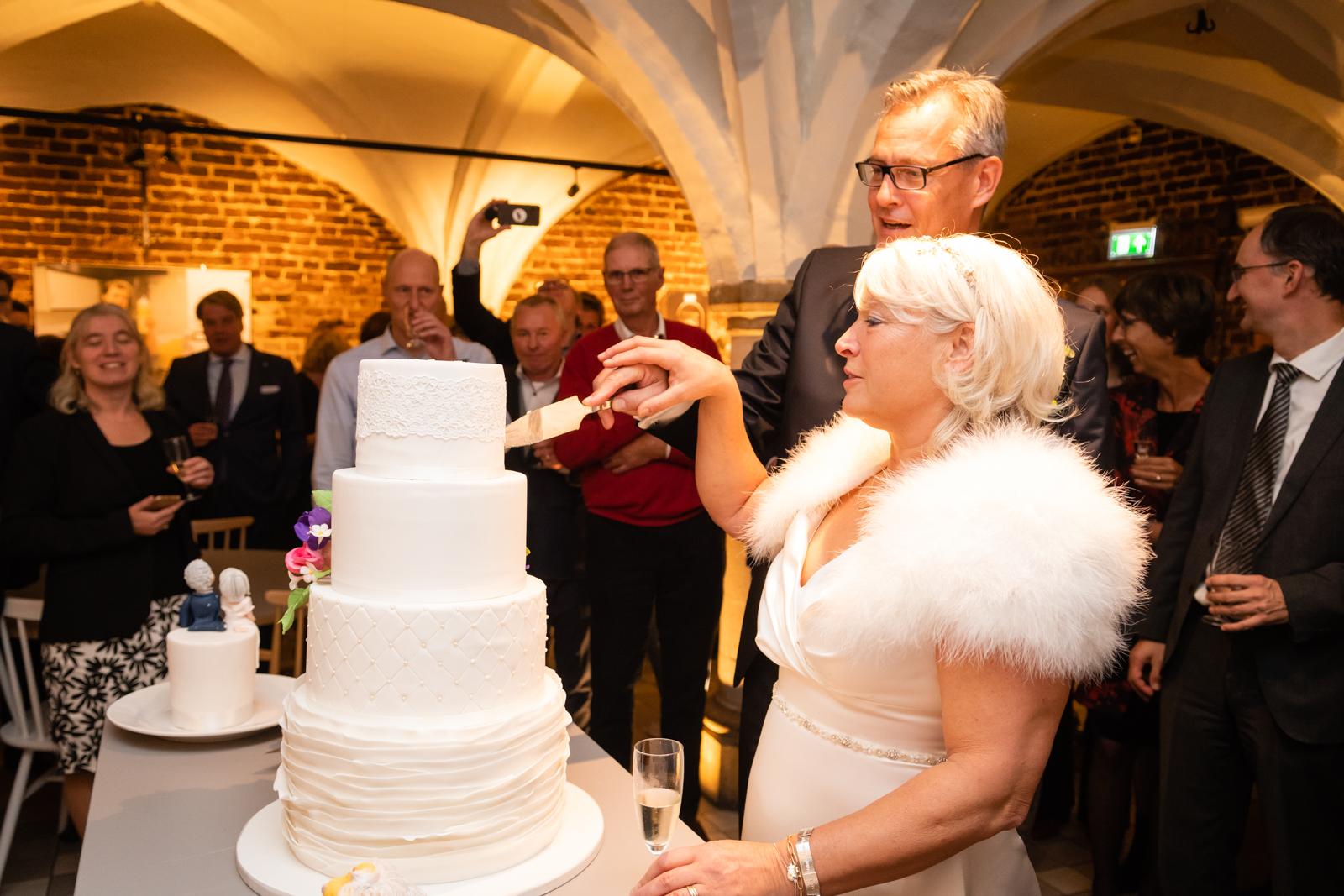 Na de ceremonie sluit ik de dag af met het fotograferen van de receptie  waar de taart wordt aangesneden en de felicitaties in ontvangst worden  genomen.